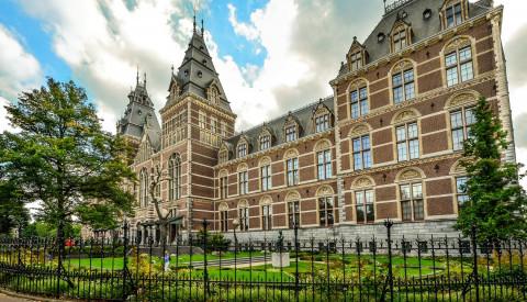 Das Rijksmuseum ist eines der vielen herausragenden Museen in Amsterdam.