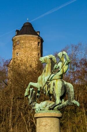 Das Plauener Schloss mit Statue des hl. Georg.