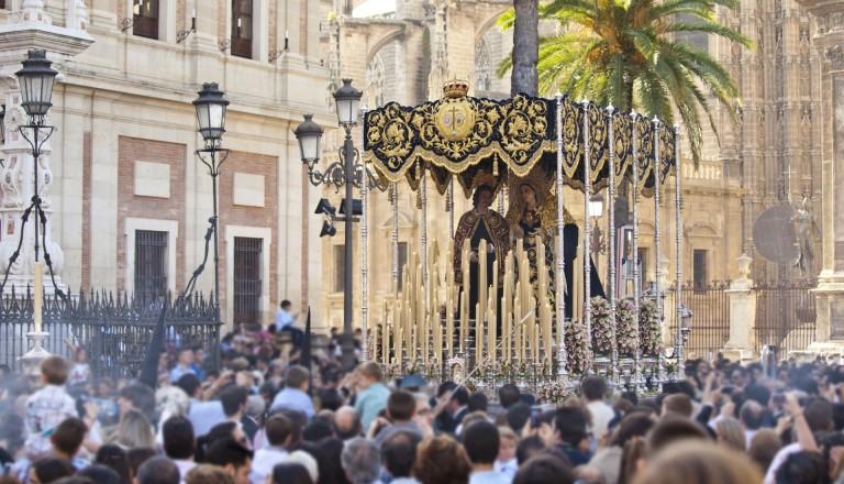 Prozession während der Semana Santa in Sevilla