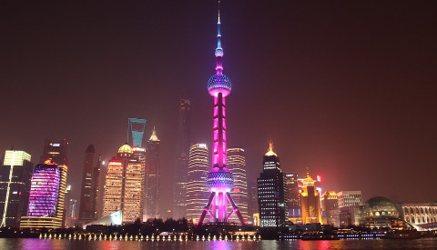 Der Oriental Pearl Tower dominiert Shanghais Skyline.