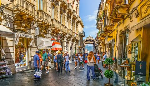 Einkaufsstraße in Taormina auf Sizilien.