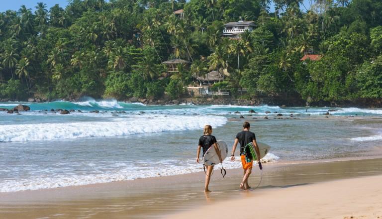 Surfen am Strand Mirissa, Sri Lanka.