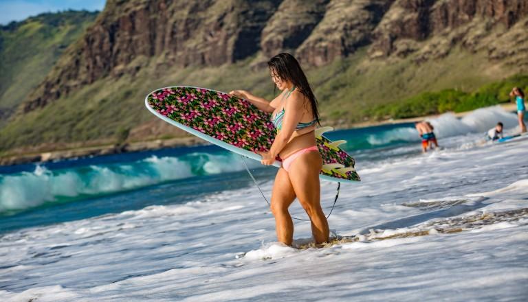 Surfurlaub Sri Lanka Frau mit Surfbrett