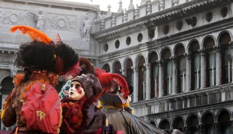Der Karneval in Venedig ist ein besonderes buntes Vergnügen.