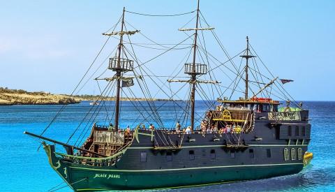 Wie wäre mit einem Ausflug auf einem Piratenboot auf Zypern?