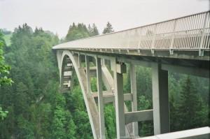 Die deutsche Alpenstraße führt über die Eschersbacher Brücke