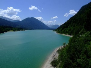 Der Walchensee in den Alpen