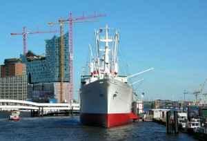 Der Hamburger Hafen mit Blick auf die Elbphilharmonie