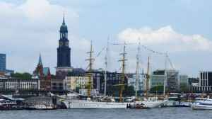 Blick auf den Hamburger Hafen mit Michel