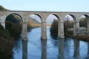 Eine historische Brücke in der malerischen Landschaft der Provence