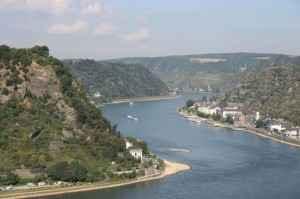 Der Rhein schlängelt sich durch schöne Landschaften