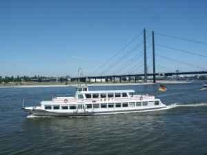 Ein Ausflugsschiff auf dem Rhein