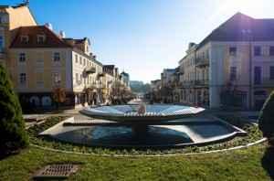 Blick auf den Marktplatz mit Brunnen in Franzensbad