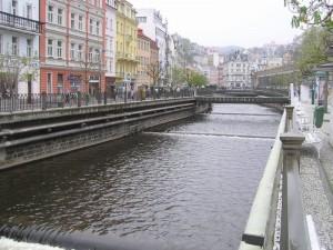 Die Tepla fließt durch den Kurort Karlsbad