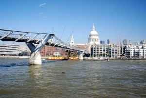 Die Millenium Bridge im Vordergrund der St. Pauls Cathedral