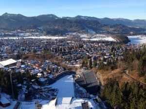 Blick von der Skisprungschanze in Oberstdorf auf die Alpen