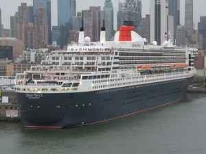 Die Queen Mary 2 im Hafen vor der New Yorker Skyline
