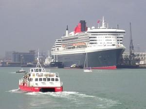 Aus dem Hafen von Southampton steuert die Queen Mary über den Atlantik