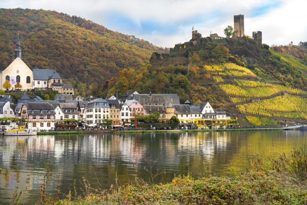 An der Mosel wechseln sich pittoreske Ortschaften, Weinberge und historische Bauten ab.