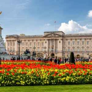 Buckingham Palace in London. Ist die Queen zuhause, weht neben dem Union Jack auch die Royal Standard Flag.