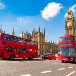 Doppeldeckerbusse vor dem Elizabeth Tower