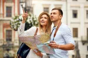 Touristen mit Stadtplan