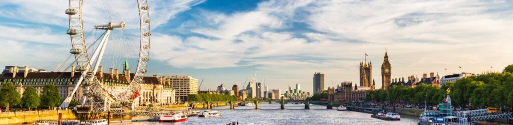 Westminster Parliament und das London Eye am Ufer der Themse