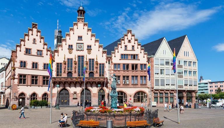 Frankfurt am Main, der Römer. Mittig der Gerechtigkeitsbrunnen.
