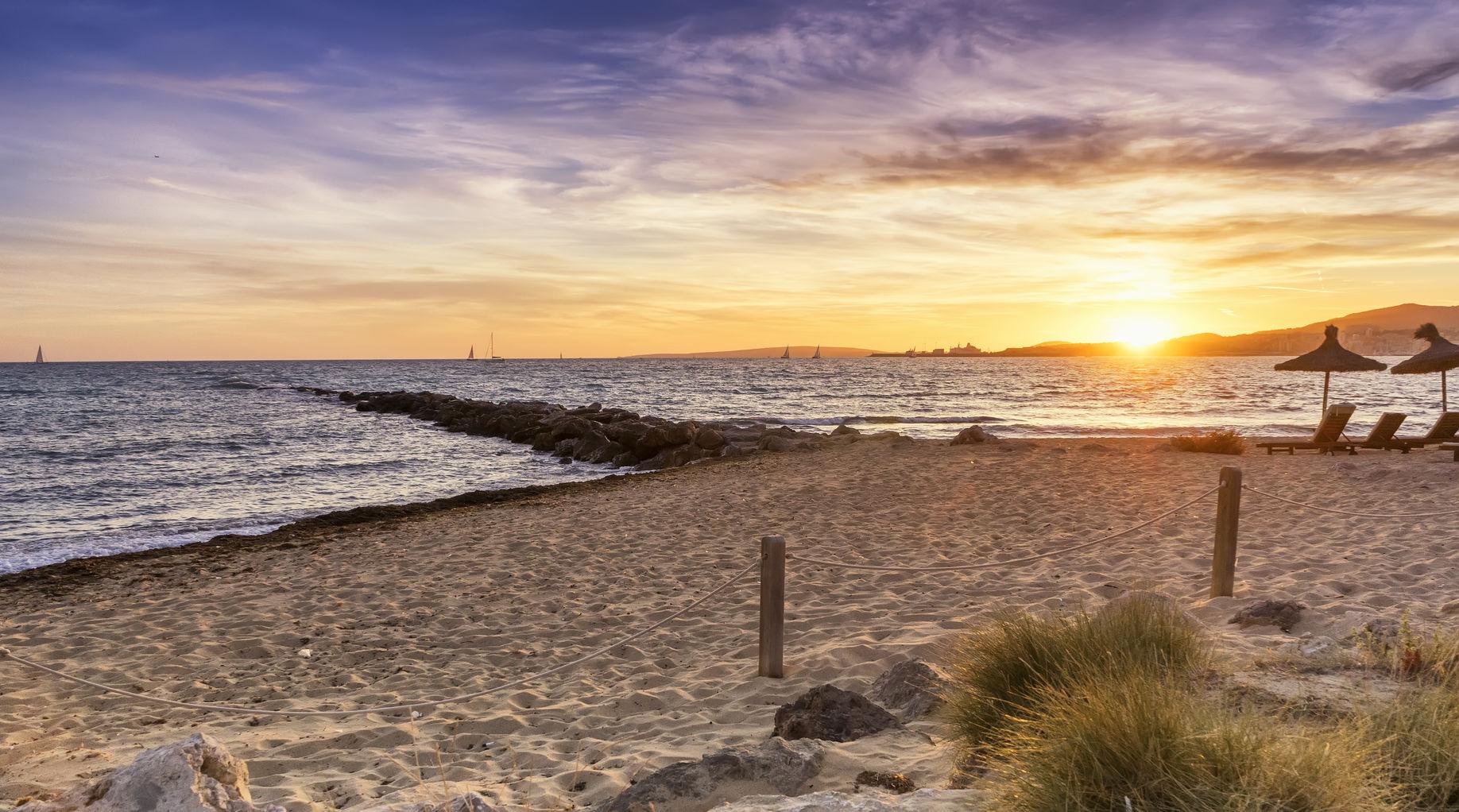 Schöner Sonnenuntergang am Strand von Mallorca