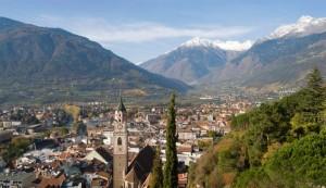 Blick über Meran in Südtirol in Richtung Nordwesten zu den Gipfeln Tschigat und Zielspitze