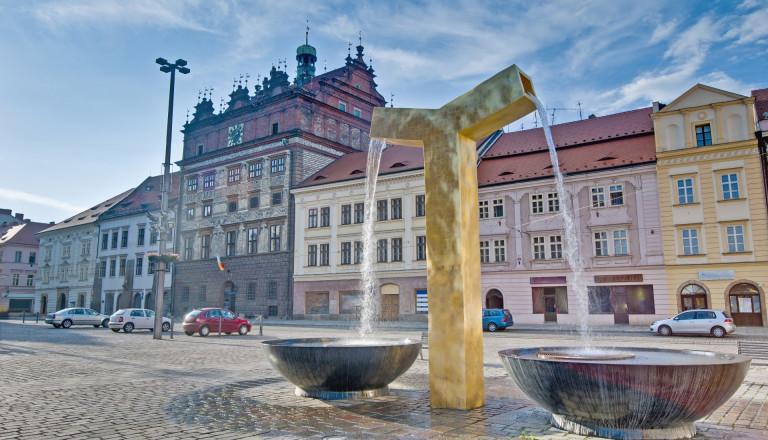Pilsen Rathaus mit Brunnen