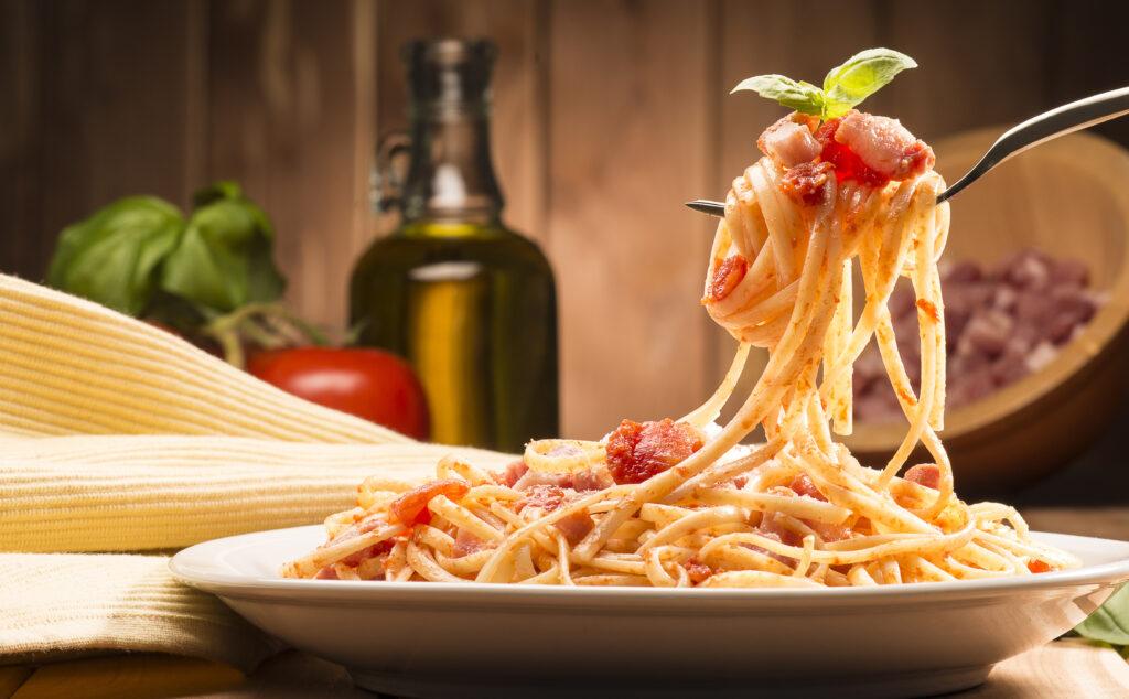 Ein Teller Spaghetti mit roter Soße