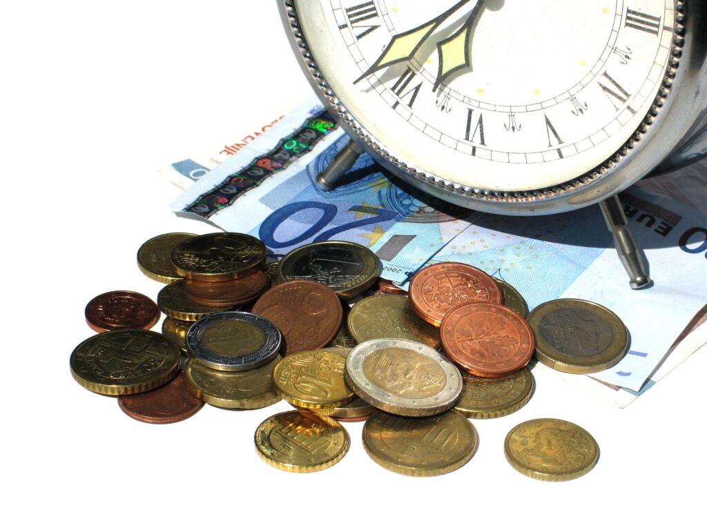 Wecler steht auf 20 Euro-Schein, davor liegt Kleingeld