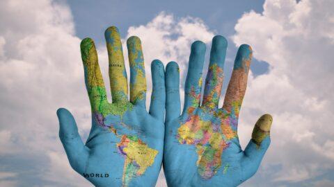 Weltkarte in Händen
